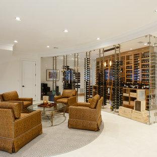 Cette photo montre une très grand cave à vin moderne avec un sol en marbre, des casiers et un sol blanc.