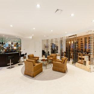 Idées déco pour une très grand cave à vin moderne avec un sol en marbre et des casiers.