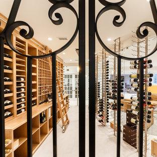 Imagen de bodega minimalista, extra grande, con suelo de mármol, botelleros y suelo gris