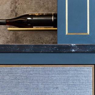 Idées déco pour une grande cave à vin moderne avec un sol en bois brun, des casiers et un sol marron.