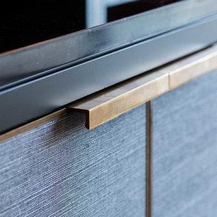 Foto de bodega minimalista, grande, con suelo de madera en tonos medios, suelo marrón y botelleros