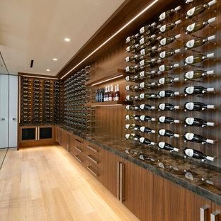 Idéer för att renovera en mycket stor funkis vinkällare, med vindisplay och beiget golv