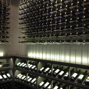 Immagine di una cantina eclettica di medie dimensioni con pavimento con piastrelle in ceramica e portabottiglie a vista