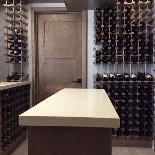 Exemple d'une cave à vin industrielle de taille moyenne avec un sol en carrelage de céramique et un présentoir.