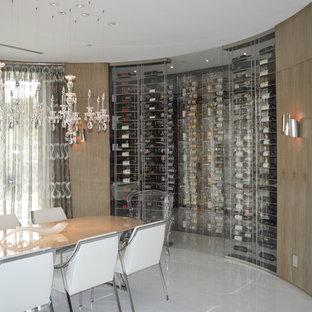 Imagen de bodega minimalista, de tamaño medio, con suelo de mármol y vitrinas expositoras