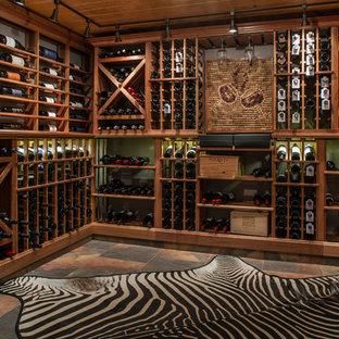 Exempel på en klassisk vinkällare, med vinställ med diagonal vinförvaring och flerfärgat golv