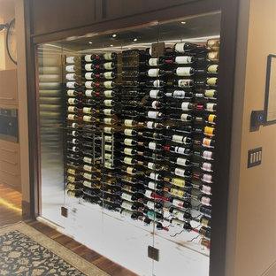 Aménagement d'une grand cave à vin moderne avec des casiers et un sol blanc.
