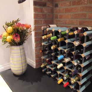 ドーセットの小さいエクレクティックスタイルのおしゃれなワインセラー (クッションフロア、ワインラック) の写真