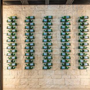 Imagen de bodega contemporánea, grande, con suelo de baldosas de porcelana, vitrinas expositoras y suelo beige