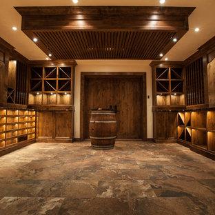 Aménagement d'une très grand cave à vin asiatique avec des casiers.