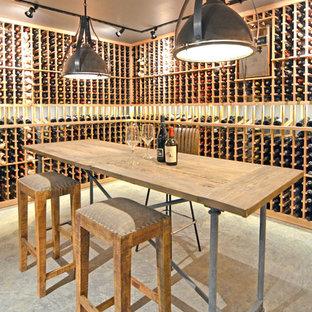 Idéer för en stor industriell vinkällare, med betonggolv och vinhyllor