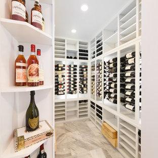 Idées déco pour une cave à vin contemporaine de taille moyenne avec un sol en marbre et des casiers.