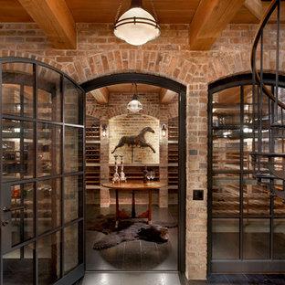Idées déco pour une cave à vin classique avec des casiers et un sol noir.
