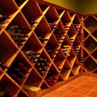 Exemple d'une grand cave à vin chic avec un sol en carreau de terre cuite et des casiers losange.