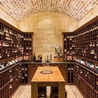 ヒューストンのトラディショナルスタイルのおしゃれなワインセラー (ワインラック、レンガの床) の写真