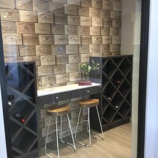 Idées déco pour une petite cave à vin campagne avec un sol en carrelage de céramique, un présentoir et un sol marron.