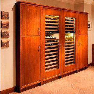 Inspiration pour une cave à vin traditionnelle de taille moyenne avec un sol en carrelage de céramique, des casiers et un sol rose.