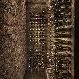 Inspiration för mellanstora moderna vinkällare, med klinkergolv i porslin, vinhyllor och brunt golv