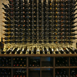 Foto de bodega contemporánea, grande, con botelleros, moqueta y suelo beige