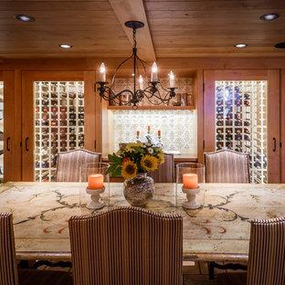 Diseño de bodega rústica, grande, con botelleros y suelo de madera oscura