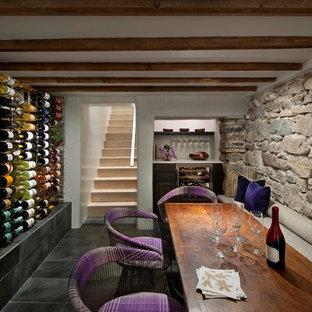 Idées déco pour une cave à vin sud-ouest américain avec un présentoir, un sol en ardoise et un sol noir.