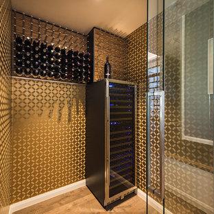 Diseño de bodega ecléctica, extra grande, con suelo de madera clara y botelleros