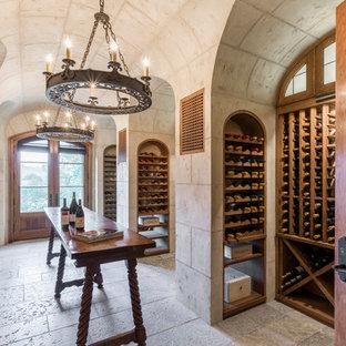 サンフランシスコの広い地中海スタイルのおしゃれなワインセラー (ワインラック、トラバーチンの床、グレーの床) の写真