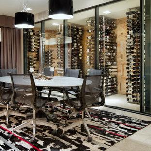 Idéer för mycket stora funkis vinkällare, med kalkstensgolv, vinhyllor och grått golv
