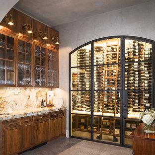 Foto på en mellanstor vintage vinkällare, med betonggolv, vinhyllor och grått golv