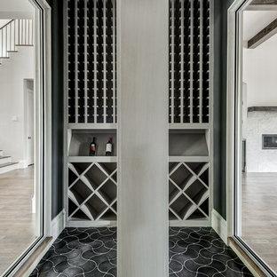 Diseño de bodega contemporánea con suelo de baldosas de cerámica, botelleros de rombos y suelo negro