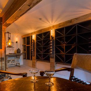 Diseño de bodega de estilo de casa de campo con suelo de cemento y vitrinas expositoras