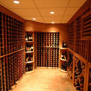 Foto på en mellanstor rustik vinkällare, med tegelgolv och vinhyllor