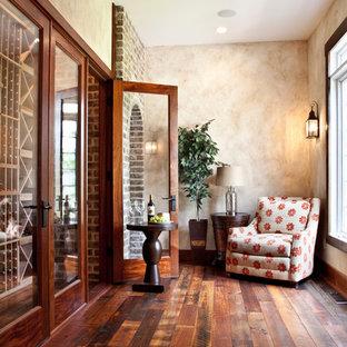 Diseño de bodega rústica con suelo de madera oscura, botelleros y suelo naranja
