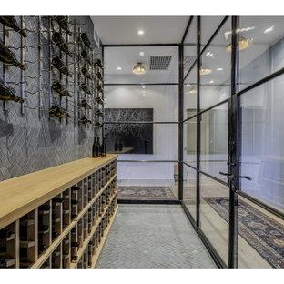 Diseño de bodega actual, de tamaño medio, con suelo de mármol, botelleros y suelo gris