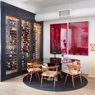 ニューヨークの中サイズのエクレクティックスタイルのおしゃれなワインセラー (ワインラック、ベージュの床、無垢フローリング) の写真