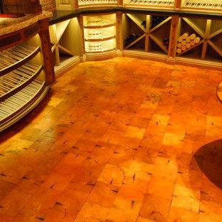 Foto de bodega de estilo americano, de tamaño medio, con suelo de madera clara y botelleros