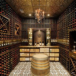Idées déco pour une cave à vin classique avec des casiers et un sol multicolore.