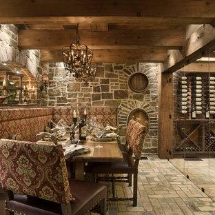 Foto di una cantina stile rurale con pavimento in mattoni