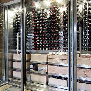 Cette photo montre une cave à vin moderne de taille moyenne avec un présentoir.