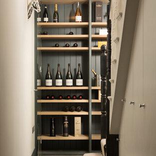 ロンドンのヴィクトリアン調のおしゃれなワインセラーの写真