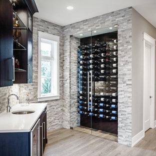 Idéer för mellanstora vintage vinkällare, med ljust trägolv och vindisplay