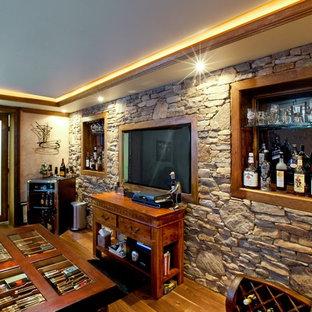 Idéer för mellanstora vintage vinkällare, med mellanmörkt trägolv, vindisplay och brunt golv