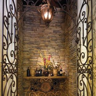 Inspiration pour une cave à vin méditerranéenne.