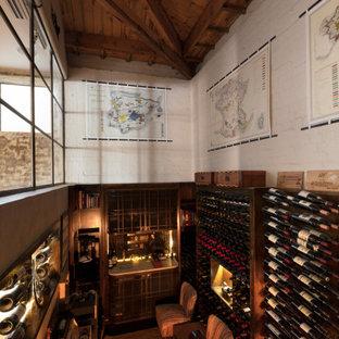 Bild på en mycket stor industriell vinkällare, med mörkt trägolv och vindisplay