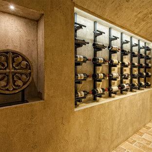 バンクーバーの地中海スタイルのおしゃれなワインセラー (ディスプレイラック) の写真