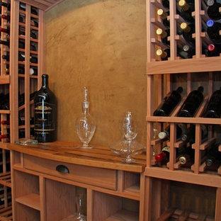 Imagen de bodega retro, grande, con botelleros, suelo beige y suelo de travertino