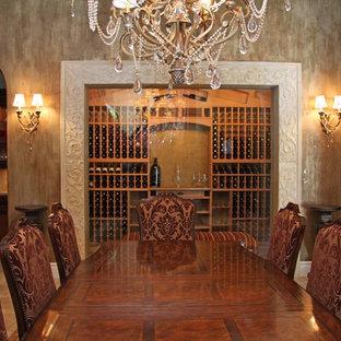 Esempio di una grande cantina moderna con rastrelliere portabottiglie, pavimento beige e pavimento in travertino