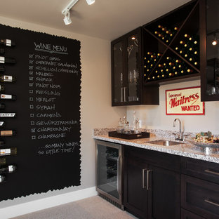 Foto på en vintage vinkällare, med heltäckningsmatta, vinställ med diagonal vinförvaring och grått golv