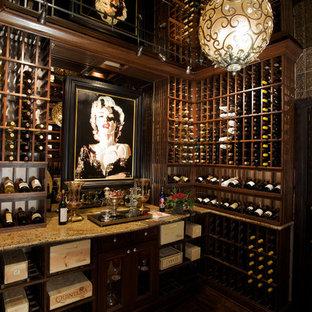 フェニックスの巨大なヴィクトリアン調のおしゃれなワインセラー (濃色無垢フローリング、ワインラック、茶色い床) の写真