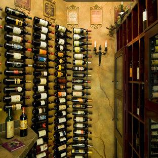 Exemple d'une petit cave à vin méditerranéenne avec des casiers.